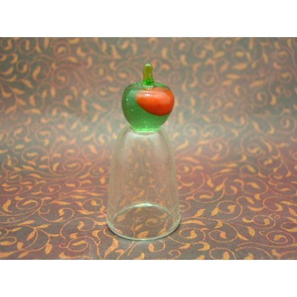 Fingerhut aus Glas mit Apfel